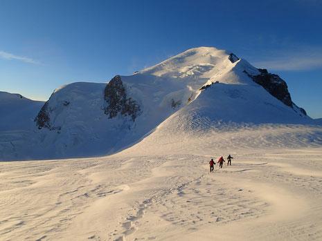 Devant nous, l'Abri Vallot au pied de l'Arête des Bosses et le Roi Mont-Blanc
