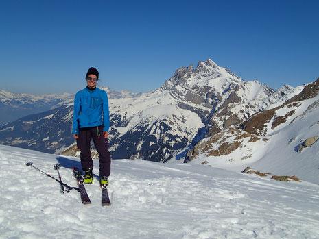 Sonia au Col de Bostan, avec les Dents du Midi