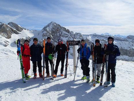 Le team au sommet, sur fond de Corne au Taureau et Mt-Blanc