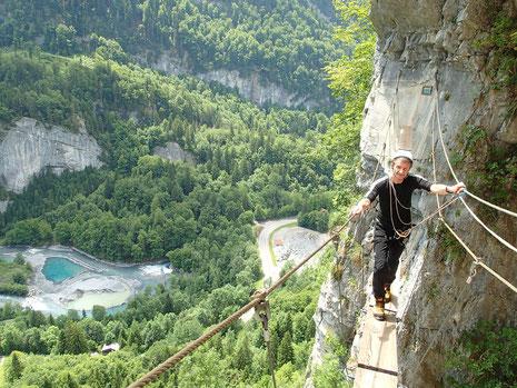 Gérard se ballade sur la passerelle de la Via du Mont, bien haut au-dessus des Tines.