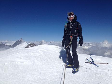 Sophie au sommet du Castor, bien frais ce jour-là ! Cervin, Dent Blanche au-dessus des nuages