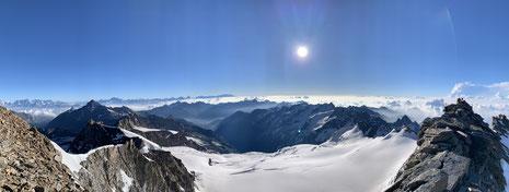 Vue panoramique depuis le sommet du Grand Paradis versant Cogne. Au loin, Grand Combin, Cervin et Mont-Rose. De l'espace et une petite partie des Alpes d'un seul regard !