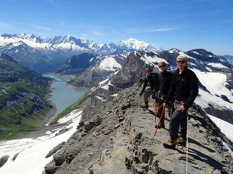 Klaus, Matthias et Emile sur l'arête au retour du sommet. Une vue absolument fantastique!