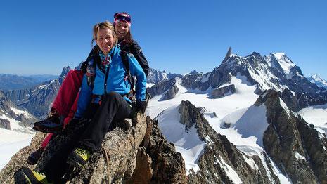 Sophie et Romane sur le sommet très éffilé de l'Aiguille d'Entrèves