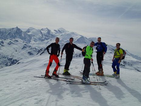 Au petit plateau sous le Col d'Anterne, l'équipe du jour pose devant le Mont-Blanc. Super !