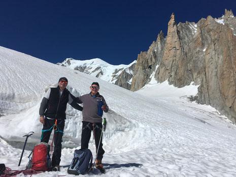 Luc et Jean-Bernard sur le Glacier du Géant, avec le Mont-Blanc et le Grand Capucin pour décor