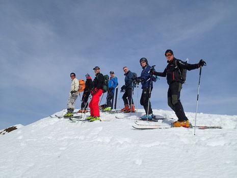 Sommet 2003 m, le 3ème et dernier de la journée, l'équipe prête pour la descente sur le Lac