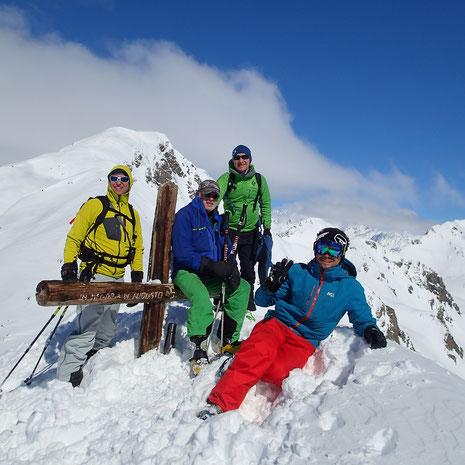 L'équipe de choc au sommet de la Punta Leysser : Jérôme, Xavier, Jean et Milan. Félicitations ! Un moment magique et une journée extraordinaire en montagne ! Quel grand ski !