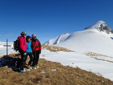 Bernadette, Fanny et Christian au sommet, devant la Pointe d'Areu