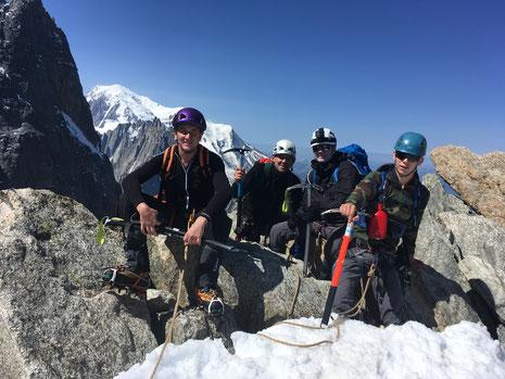 Fabrice, Pascal, Nicolas et Thomas à l'épaule de la Petite Verte, avec vue Mt-Blanc