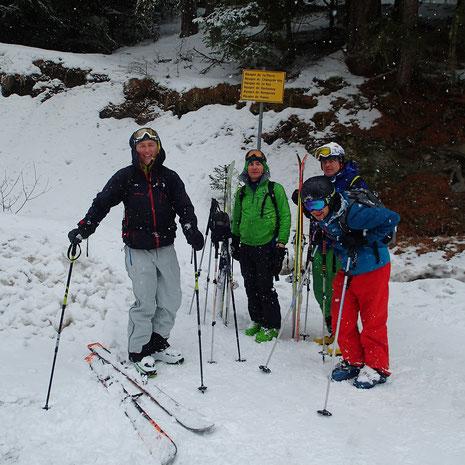 Avec la neige, pause pour l'équipe après une superbe rando et descente en forêt