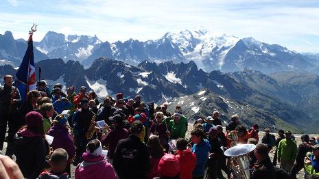 Une petite partie de la foule présente au sommet ce jour-là, sous un ciel radieux. Super !