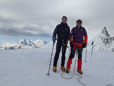 Gérard et Hervé au sommet du Bishorn. A gauche, Mt-Rose. A droite, Weisshorn.