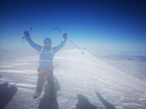 Guillaume au sommet du Mont-Blanc, avec un vent fort ce jour-là. Bravo !