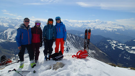 Peter, Vickie et leurs filles au sommet de La Pointe de Chalune. Avec une très belle vue !