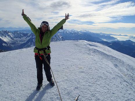 Caroline au sommet du Mont-Blanc. La joie!
