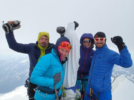 Gilles, Emilie, Stéphanie et Nicolas autour de la Madone au sommet du Grand Paradis. Bravo !