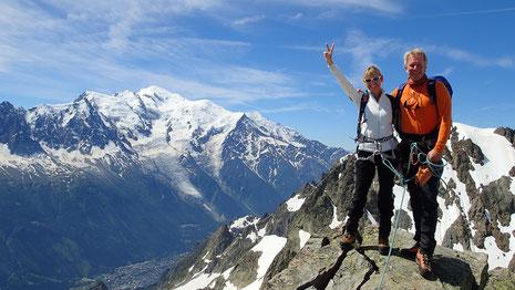 Carte postale au point culminant de la Traversée des Aiguilles Crochues. Un sommet de plus pour Françoise et Dominique ! Et quelle vue sur le Massif du Mont-Blanc !