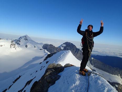 Grandiose ! Gérard au sommet du Gross Fiescherhorn. Au fond, le Mönch et l'Eiger