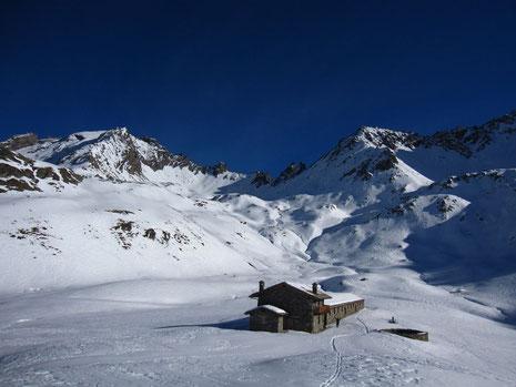 Le col, plein centre de la photo, et le palace d'alpage 5* de Brévil