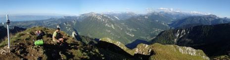 Au sommet du Mont Billiat, avec une superbe vue entre Lac Léman, Mont-Blanc et les Alpes