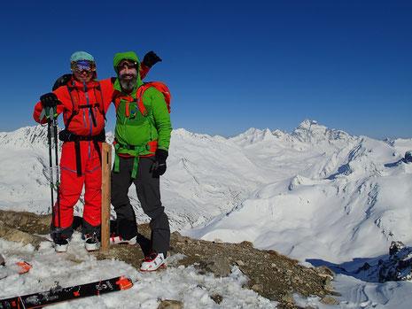 Denis et Harry au sommet du Pic de Château Renard, sur fond de Mont Viso