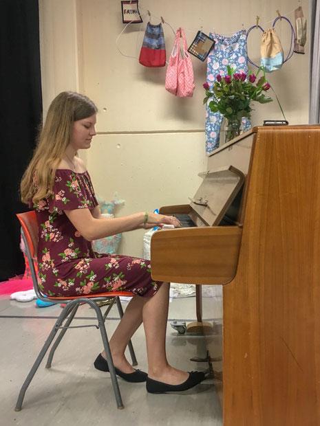 """Absolute Stille herrscht beim bewegenden Klaviervortrag der Schülerin Lenja Eimeke, die das Stück """"Amelie"""" darbietet."""