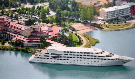 Luftbild aus der Hotelhalle – das Kreuzfahrtschiff ist in der Hochsaison manchmal Beherbergungsstätte