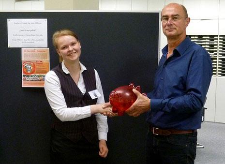 """Claudia Ardland übergibt stellvertretend für die Klasse die Spende an unseren """"Jede Oma zählt""""Organisator Rainer Knippenberg"""