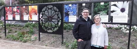 Stolz auf die Leistung der Schüler: Fachlehrerin Katharina Brückner und Abteilungsleiter Bernd Dittrich vor der Plakatwand.