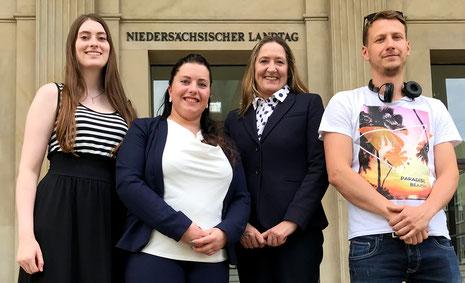 Von links nach rechts: Landessieger Jana Berens, Jessica Pilz, Gabriele Andretta (Präsidentin des Niedersächschien Landtages), Arturas Scheffler, dessen Video ebenfalls ausgezeichnet wurde.