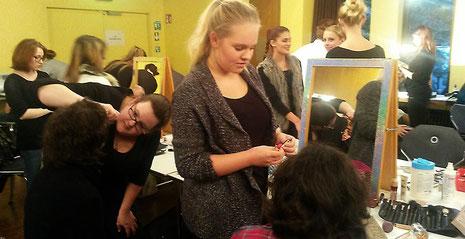 Die angehenden Friseurinnen Anna Heinrich und Julia Hörnschemeyer konzentriert beim Haarstyling