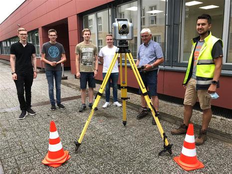 Unterstützt durch Herrn Tissen und Herrn Wellmann werden zur Vorbereitung des Laserscans zunächst Passpunkte definiert.