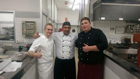 Pascal Hehmann und Philipp Beiersdorf mit einem spanischen Kollegen in der Hotelküche