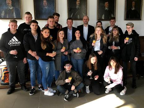 Uwe Görtemöller (Bürgermeister der Stadt Osnabrück), Piotr Mosiek (Direktor und Lehrer für Sozialpädagogik an der Zespół Szkół Zawodowych in Rawicz) mit Schülerinnen und Schülern im Friedenssaal.