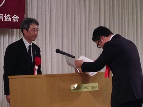 賞状を授与されるfd萩野社長
