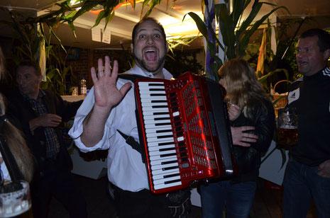"""Zu später (morgenlicher) Stunde: """"Elton"""" (Christoph Jarkow) mit seinem Akkordeon an der Theke."""