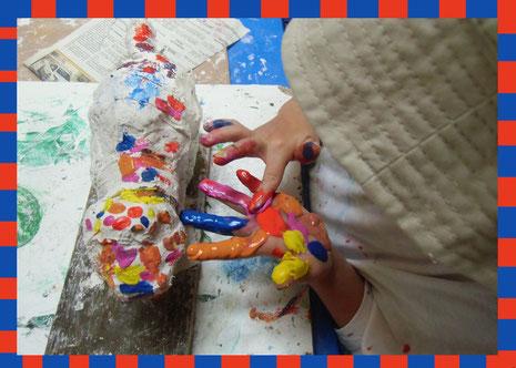 Foto - Kind gestaltet Pappmache-Tier bunt