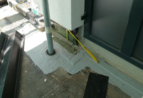 Untersuchung eines Flachdaches mit Rohrdurchdringung.