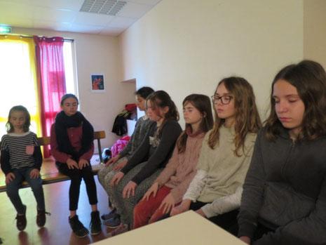 Séance de méditation avant l'atelier philo avec les enfants