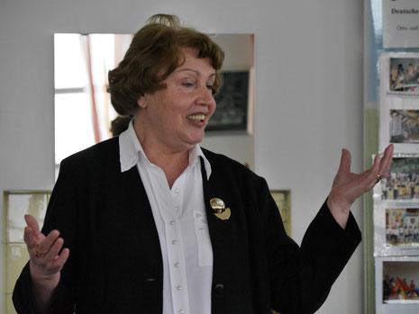 """Die Solistin der """"Liebenden Herzen"""" Hilda Roth singt das Lied """"Schenke mir"""", Text von Reinhold Leis"""