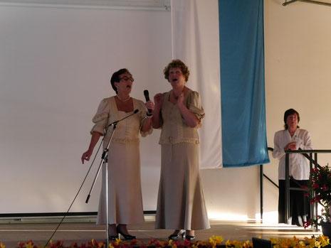 """Anna Müller und Hilda Roth mit dem Lied """"Zuhause"""", dass in der Zwangsarbeit entstanden ist..."""