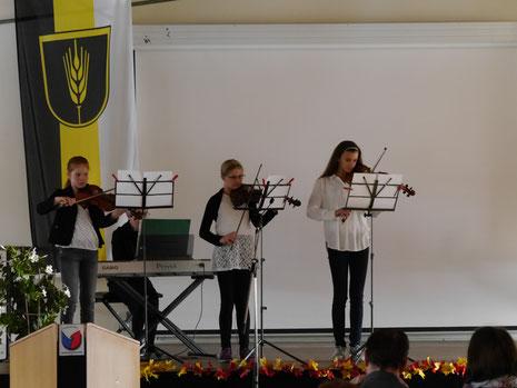 """Die Schüler des Musikstudios """"Do-Re-Mi"""" unter der Leitung vom Ekaterina Birman eröffnen  den Festakt"""