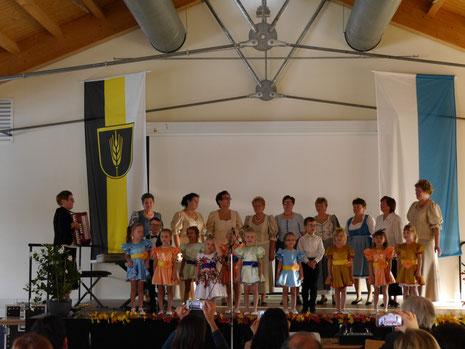 """Die """"Liebenden Herzen mit dem Kinderchor mit dem Lied""""Landshut ist`ne schöne Stadt."""