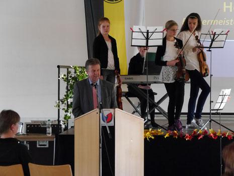 Der Bürgermeister Helmut Maier bei der Begrüßung...