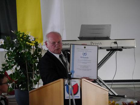 Der landesvorsitzende Ewald Oster überbringt eine Urkunde zum 4o-jährigen Bestehen in Landshut