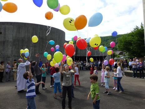 Unter grossem Jubel durften die Ballone in den Himmel aufsteigen.