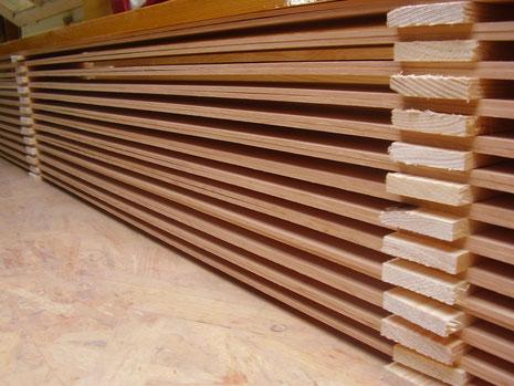 Qualität fängt beim Holzeinschnitt an. Hier Rotzederplanken, die paarweise (gespiegelt) zum Trocknen gestaffelt sind.
