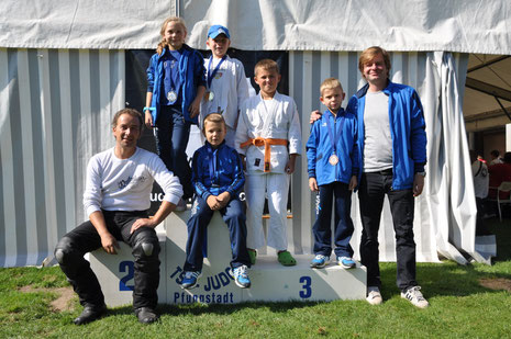 George Odegaard und Dirk Lehmann mit dem JSC U11 Team: Linus, Petar Drago, Max und Maxima