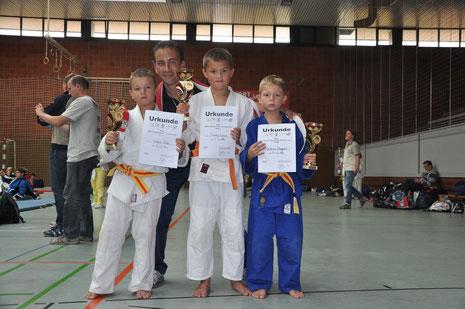 Betreuer George Odegaard mit Petar, Drago und Linus